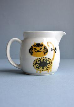 Kaj Franck Yellow Cat Bow Tail Pitcher by MisterTrue Yellow Cat, Cat Decor, Vintage Pottery, Scandinavian Design, Tea Pots, Marimekko, Metallica, Clay, Bows