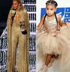 Boa tarde com os lindos looks inspiração do MTV Vídeo Music Awards 2016!✨ Vamos começar com a #diva Bey e sua filhinha Blue Ivy.💎 Beyoncé, além de ganhar vários prêmios na noite, arrasou com uma performance incrível e belíssimos looks! Sempre #diva né?  Eu gostei muito deste jumpsuit dourado, Elie Saab, que ela usou durante a premiação! Achei majestoso! E também adorei o vestidinho glamouroso, Mischka Aoki, da Blue. #mtvvideomusicawards #fashion #style #glamourous #beyoncé #blueivy