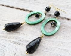 Orecchini-onice-nero-e-madreperla-verde-gioielli-estate-bijoux-pietre-dure