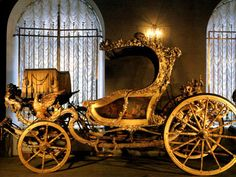 Carriage Ekaterina - in Kremlin Museum collection belonged to Queen Ekaterina II - presented to her by personal friend - Prince Orloff. This royal carriage was manufactured in England in the Horse Drawn Wagon, Catherine The Great, Horse Carriage, Royal Life, Mode Of Transport, Ancient Artifacts, Museum Collection, Old World, Antique Cars