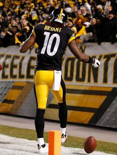 Martavis Bryant Photos - Martavis Bryant of the Pittsburgh Steelers celebrates his touchdown during the second quarter against the Cincinnati Bengals at Heinz Field on December 2014 in Pittsburgh, Pennsylvania. - Cincinnati Bengals v Pittsburgh Steelers Steelers Team, Steelers Pics, Pittsburgh Steelers Football, Pittsburgh Sports, Football Gear, Best Football Team, Steeler Nation, Football Season, Martavis Bryant