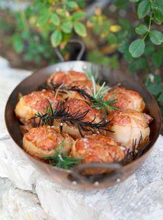 Запеченное филе индейки Филе индейки — 600 г Бекон Чеснок — 3 зубчика Розмарин Оливковое масло Морская соль Молотый черный перец
