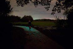 Este camino de bicicletas iluminado de 800 metros en Nuenen, Holanda, se dio a conocer por Studio Roosegaarde hace unos días.  Los patrones de remolinos utilizados en el Camino de Van Gogh-Roosegaarde fueron inspirados por el pintor Vincent van Gogh (que vivió en Nuenen 1883-1885), y se ilumina por la noche tanto por la pintura especial y LEDs integrados que son cargados por un panel solar cercano.  El camino fue hecho como parte de las celebraciones del 125 aniversario de la muerte de Van…