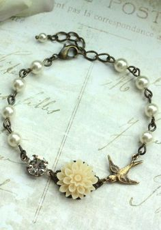 vintage inspired pearl bracelet. love!