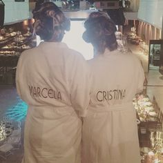 Roupões da @trousseauoficial para o dia da noiva com as madrinhas com os nomes bordados nas cores da decoração da festa! As cores foram escolhidas pelas meninas da @archatete que foi quem fez a decoração do meu casamento! #roupão #roupaopersonalizado #roupoes #madrinhas #maedanoiva #trousseau #diadanoiva #casapetra #dicastdp 👉🏻👗#followthedress #thedressingproject
