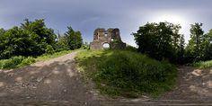 Panoráma Brána zvonku, Pustý hrad, Zvolen, Slovensko. Pustý hrad ležiaci nad mestom Zvolen alebo aj hrad Starý Zvolen sa vďaka svojej