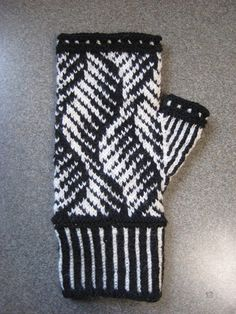 Piano keyboard-like waves evoke the musical etudes of Chopin and others on stranded mittens. Fingerless Mittens, Knit Mittens, Knitted Gloves, Knitting Socks, Knitting Stitches, Fair Isle Knitting Patterns, Wrist Warmers, How To Purl Knit, Knitting Accessories