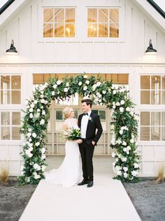 A Luxe Greenery-Filled Texas Fête with Beautiful Blooms Galore | The Perfect Palette Dallas Wedding Venues, Outdoor Wedding Venues, Ceremony Arch, Outdoor Ceremony, Emerald Green Weddings, Creative Wedding Ideas, Paper Flowers Diy, Wedding Details, Wedding Colors