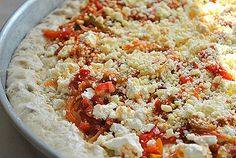Greek Pizza with feta, peppers, and tomatoes. Translation available on page. My Favorite Food, Favorite Recipes, Greek Pizza, Group Meals, Feta, Stuffed Peppers, Snacks, Yum Yum, Tomatoes