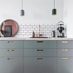 Check this out! Great color combinations with grey, green, #brass and green-grey cabinets. Also, perfect use of subway tiles. Hats off and thanks for a great pic @etolinsson. The faucet is our #EVO185 with pull-out hand shower. #kök #köksblandare #mässing #köksinspiration #köksdesign #tapwell #kitchen #kitchendesign #kitcheninspo