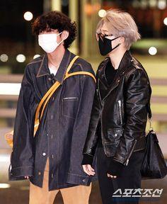 V and Jimin Jimin Airport Fashion, Bts Airport, Airport Style, Kpop Fashion, Korean Fashion, Mens Fashion, Kpop Outfits, Girl Outfits, Casual Outfits