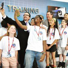 ABD Türkiye Büyükelçisi John Bass, Astronot Mike Foreman ve ABD'li öğrecilerin selfie pozu