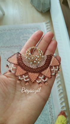 This Pin was discovered by ati Needle Lace, Needle And Thread, Textile Jewelry, Wire Jewelry, Diy And Crafts, Arts And Crafts, Crochet Art, Anklets, Rose Gold