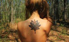 22 ideas de tatuajes de flor de loto para encontrar el camino espiritual