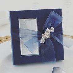Bomboniera matrimonio blu confezionata con cioccolatini e spilla cuore strass