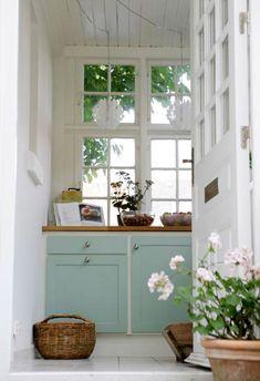 Elsker de sprossede høye vinduene, døra, benkeplaten i tre og mintgrønne skapdører.
