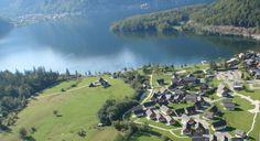 """Sat de vacanta """"Feriendorf Obertraun"""", #Salzkammergut  In mijlocul peisajului impozant al varfurilor muntoase, pe malul estic al lacului alpin #Hallstaettersee se afla acest paradis al drumetiilor – #Obertraun, punctul ideal al plimbarilor in paradisul natural al masivului alpin #Dachstein. De aici se ajunge cu trenul alpin Dachsteinbahn la fascinanta pestera a ghetarului """"Rieseneishoehle"""" si la enorma pestera """"Mammuthoehle"""""""