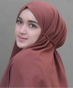 Pin Image by Bunda Hijaber Casual Hijab Outfit, Hijab Chic, Beautiful Muslim Women, Beautiful Hijab, Muslim Beauty, Muslim Hijab, Hijab Tutorial, Girl Hijab, Muslim Girls