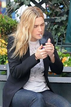 10 Celebrity Smokers Who Will Probably Surprise You - Kate Winslet Ugh. Her hair must stink. Smoking Celebrities, Women Smoking, Girl Smoking, People Smoking, Celebrity Smokers, Celebrity Moms, Katie Holmes, Kate Winslet, Gwyneth Paltrow