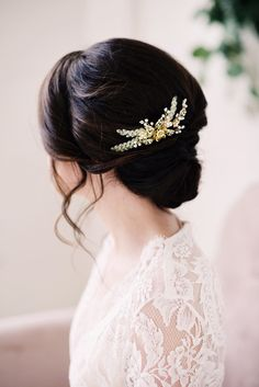 Vintage Wedding Hair Gold beaded hair comb - style 2005 by Tessa Kim Wedding Hairstyles For Women, Bride Hairstyles, Vintage Hairstyles, Beautiful Hairstyles, Fashion Hairstyles, Funky Hairstyles, Wedding Hair And Makeup, Wedding Hair Accessories, Medium Hair Styles