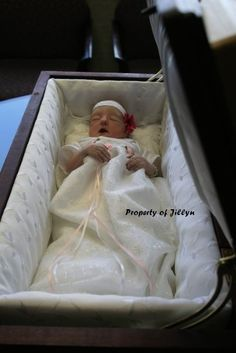 Hanna, died shortly after birth. Memento Mori Photography, Premature Burial, Post Mortem Pictures, Post Mortem Photography, Antique Pictures, Momento Mori, Pre And Post, Casket, Vintage Photographs