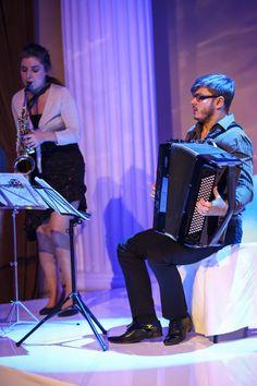 Maciej Frąckiewicz gra na akordeonie. Ukończył z wyróżnieniem Uniwersytet Muzyczny Fryderyka Chopina w Warszawie, gdzie obecnie wykłada. Jest finalistą krajowych eliminacji do konkursu Eurowizji. Jego debiutancka płyta była nominowana do Fryderyka w dwóch kategoriach.