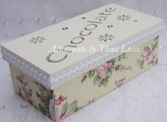 Caixa de Chocolates em MDF forrada com tecido 100 algodão e apliques em strass.  Peça envernizada. R$ 60,00