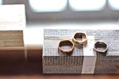 左から:六角リング、五角リング、四角リング K18 各¥108,000(tax in) 以上、箱はすべて井上陽子さんのコラージュの箱