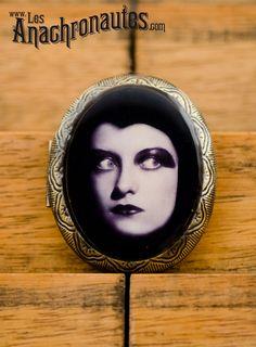 Joan Crawford, little brass pill box  www.lesanachronautes.com