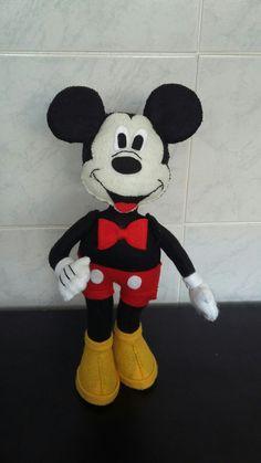 MICKEY- Confeccionado em feltro e tecido, com enchimento siliconado, toda feito à mão. Ele tem 30cm e pode ser feito em outro tamanho. Consulte-nos. Sugestão de uso: Decoração de quarto infantil, centro de mesa, enfeite e etc. R$ 60,00