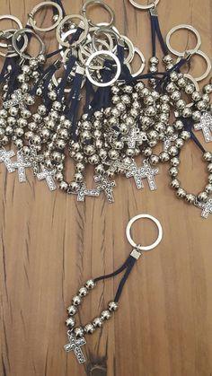 Souvenir llavero denario Cosas Simples Un poco de todo Beaded Crafts, Jewelry Crafts, Vbs Crafts, Crafts For Teens, Beaded Jewelry, Handmade Jewelry, First Communion Favors, Beaded Bookmarks, Catholic Jewelry