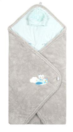 Niyu volgt je kleine spruit overal. Ook vanop deze wikkelcape van Dreambee met afneembaar mutsje van fleece.