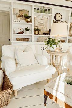 Fresh Farmhouse, Farmhouse Chic, Cottage Farmhouse, White Farmhouse, French Cottage, Escalier Design, Estilo Country, Piece A Vivre, Cottage Interiors