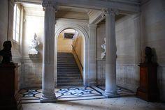 L'Arsenal.- 5) BIBLIOTHEQUE DE L'ARSENAL: Des premières constructions, il reste la façade donnant sur la rue de Sully, élevée au XVII°s, mais reconstruite par Théodore Labroustre au XIX°s. A l'intérieur du bâtiment, le cabinet La Meilleraye, splendide appartement peint vers 1640, témoigne de l'époque où il était habité par le Grand Maître de l'artillerie, important personnage placé à la tête de l'Arsenal de Paris, vaste ensemble de bâtiments s'étendant jusqu'à la Bastille.