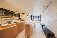 Ispirazione sorprendente per questo elegante design (Village Ice Cream a Calgary); il pino dipinto che copre le pareti e il soffitto, il menu a lavagna e i ciondoli verde menta delle plafoniere conferiscono naturalezza all'ambiente.
