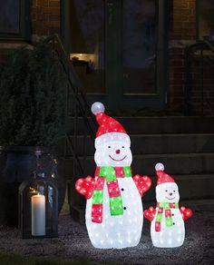 Gjør ditt inngangsparti innbydende med denne søte snømannen i akryl fra Konstsmide. Snømannen har 88 hvite LED og tar seg ekstra godt ut når det er snø ute.