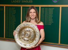 """Posing with my new best friend at my new club 😜😍 📷AELTC"" Simona Halep Wimbledon, Wimbledon Champions, Miss D, Professional Tennis Players, Glam Slam, Match Point, Stunning Women, Female Athletes, Looking Gorgeous"