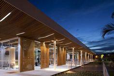Forro de ripas de madeira ripas com fechamento superior aplicado no prédio principal do clube do Alphaville Piracicaba, em Piracicaba (SP). As fitas de LED entre as ripas cria o efeito luminotécnico. Trabalho de FGMF Arquitetos