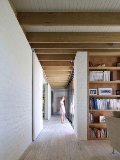 futuro hogar madera pasillo biblioteca Hampton II by Kennedy Nolan