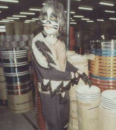Peter at the Pearl factory Pearl Drums, Famous Guitars, Vinnie Vincent, Peter Criss, Kiss Pictures, Kiss Band, Hot Band, Ace Frehley, Bellisima
