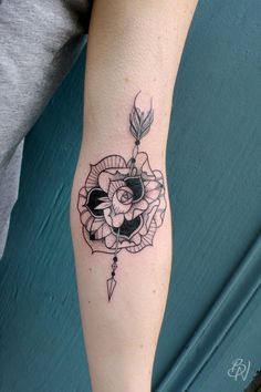 Bleu Noir tattoo | Les Abbesses Paris 18e - flower arrow tattoo - rose tattoo - arm sleeve woman tattoo