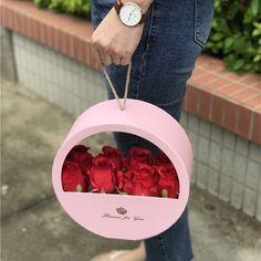 Pin by Giulia Macchia Vercesi on Flower gift box Flower Box Gift, Flower Boxes, Flowers In A Box, Gift Flowers, Flower Basket, Diy Bouquet, Candy Bouquet, Cute Gifts, Diy Gifts