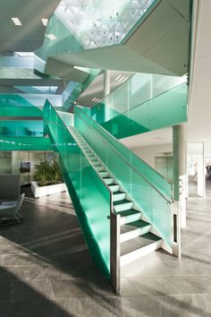 21 Beautiful Modern Glass Staircase Design - Home Design - Info Virals - New Fashion and Home Design around the World Contemporary Architecture, Architecture Details, Interior Architecture, Atrium Design, Stair Railing Design, Interior Staircase, Take The Stairs, Modern Stairs, Stairway To Heaven