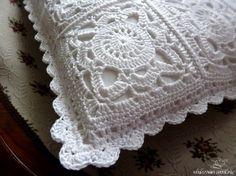Toca do tricot e crochet Crochet Pillows, Crochet Sachet, Crochet Motifs, Granny Square Crochet Pattern, Crochet Squares, Diy Pillows, Crochet Granny, Crochet Doilies, Knit Crochet