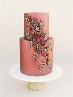 vintage looking rust and cranberry colored wedding cake with floral appliqué | Photography: This Modern Romance #creativeweddingphotographyinspiration #colorfulweddingcakes #weddingcakes