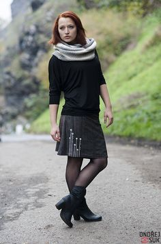 (S353) zimní sukně Sukně z kolekce TATE je z pružného úpletu se vzorem jeansoviny (viskoza + elastan). Vlastní tisk, se spodničkou. Sukýnkušiji na míru. Prosím, měřte se v sníženém pase (2-10 cm pod pupkem) - pokud ji chcete bokovou, v bocích (nejširší místo přes zadek) a celkovou délku sukně. Triko k sukni.