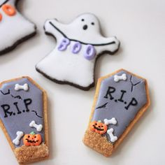 for halloween icing cookies Halloween Cookies Decorated, Halloween Sugar Cookies, Halloween Sweets, Halloween Baking, Halloween Food For Party, Halloween Cupcakes, Decorated Cookies, Ghost Cookies, Fall Cookies