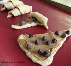 "THIS SOUNDS INCREDIBLE!!!! Pillsbury crescent rolls, topped with peanut butter & chocolate chips, rolled up, baked! ""Chocolate Peanut Butter Croissants"""