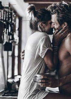 Parfüm: Wenn du diesen Duft trägst, stehen Männer sofort auf dich   ELLE - #kissingposes - Studien haben übereinstimmend ergeben: Es gibt ganz konkrete Düfte, die Männern völlig den Kopf verdrehen. Mehr auf Elle.de... Couple S'embrassant, Photo Couple, Couple Shoot, Couple Goals, Couple Boudoir, Couple Moments, Couple Kissing, Cute Couples Goals, Couples In Love