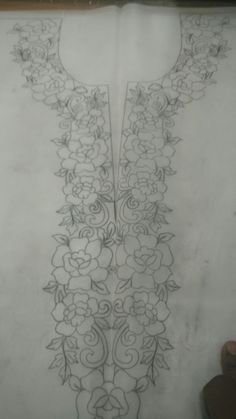 Embroidery Neck Designs, Hand Embroidery Tutorial, Rose Embroidery, Machine Embroidery Patterns, Hand Embroidery Patterns, Embroidery Stitches, Bordado Popular, Mexican Embroidery, Neckline Designs
